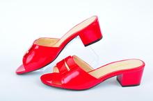 Лачени дамски чехли на нисък ток
