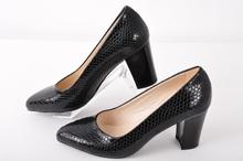 Елегантни дамски обувки широк ток- лак