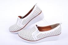 Бели дамски обувки на платформа