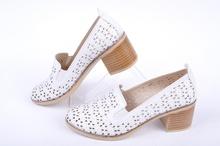 Бели дамски обувки с широк ток